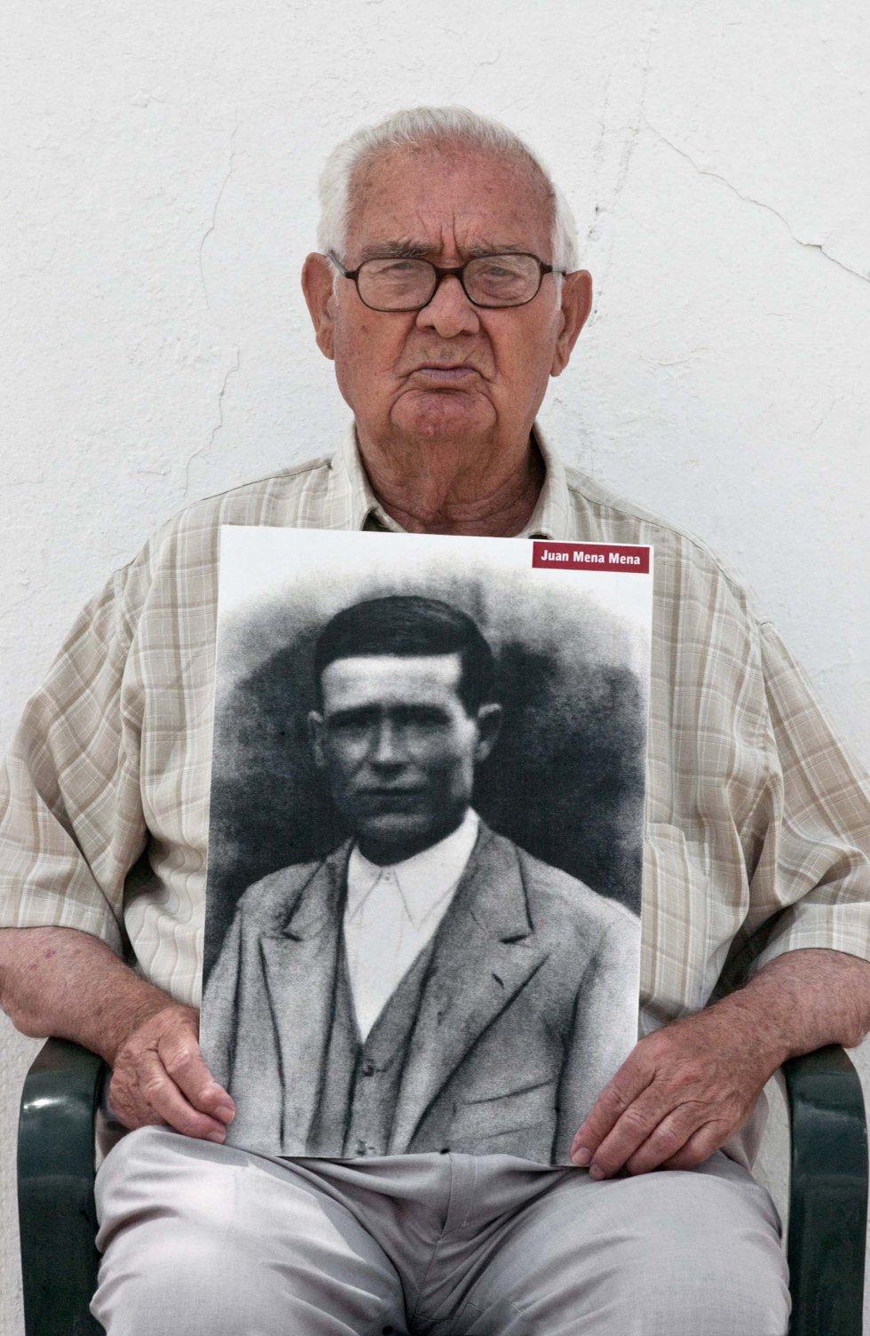 Antonio Mena Lebrón, hijo de Juan Mena Mena, desaparecido en agosto de 1936 en la Puebla de Cazalla (Sevilla).