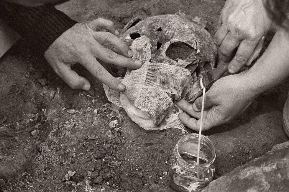 Las antropólogas refuerzan la calavera para que no se rompa. La Puebla de Cazalla (Sevilla), junio de 2009.