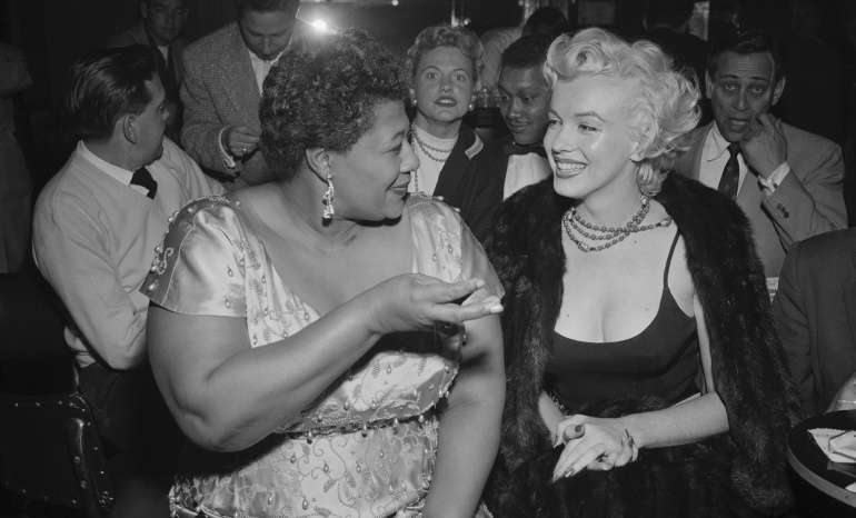 Ella Fitzgerald y Marilyn Monroe conversan en el Club Tiffany de Hollywood en 1954