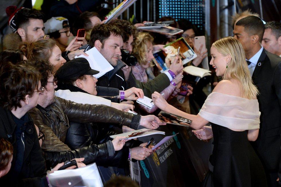 Jennifer Lawrence firma autógrafos a los fans