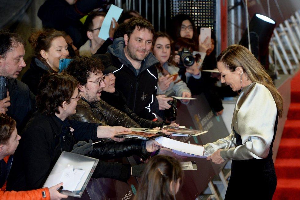Allison Janney firma autógrafos a su llegada a los Bafta
