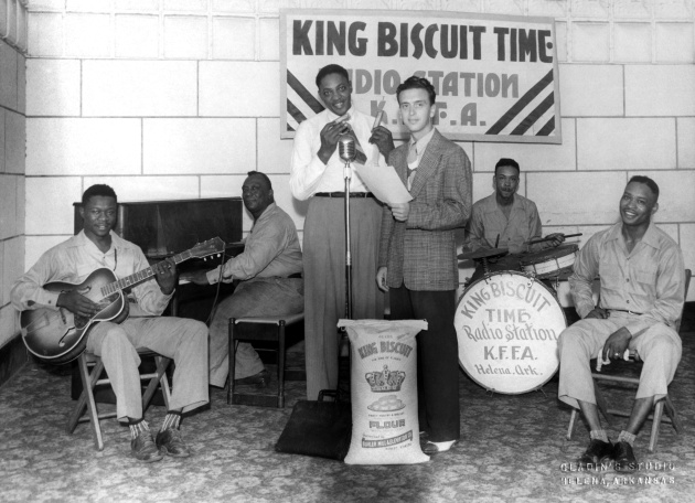 Williamson, junto al micro, interpreta un tema en el programa King Biscuit Time de la emisora KFFA de Arkansas en 1942