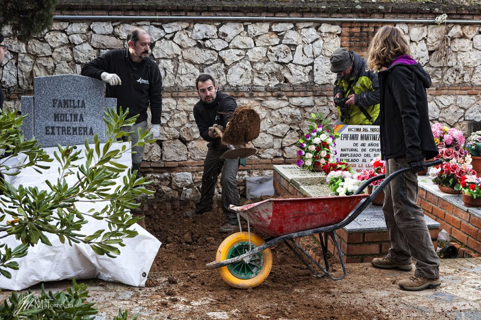 Un grupo de arqueólogos, antropólogos y voluntarios de la ARMH inician la apertura de una fosa común en el cementerio de Guadalajara.