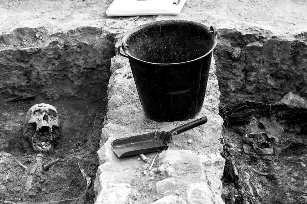 Herramientas de trabajo de los antropólogos en una de las fosas comunes del cementerio.