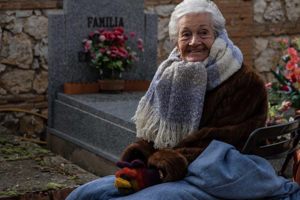 Ascensión Mendieta durante la búsqueda de su padre en el cementerio civil de Guadalajara.