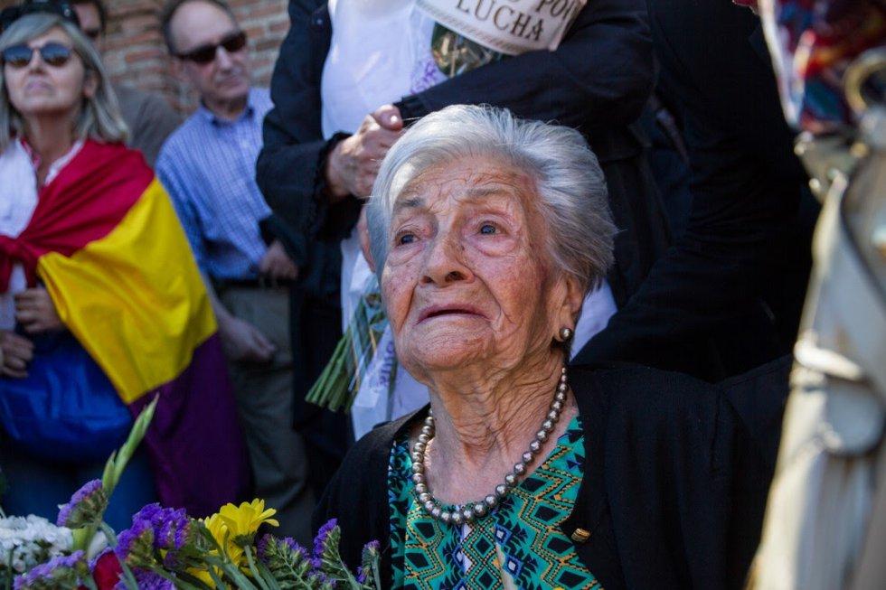 """Ascensión Mendieta se emociona ante los aplausos y los cánticos de """"La internacional"""" durante el entierro de su padre."""