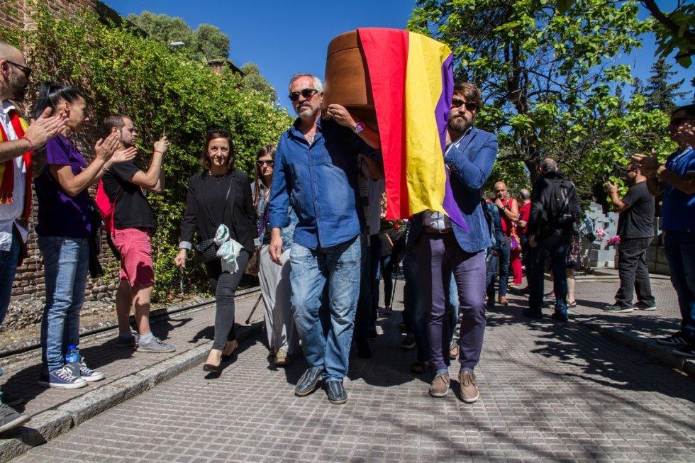 El féretro con los restos de Timoteo Mendieta Alcalá entra en el cementerio civil de Madrid.