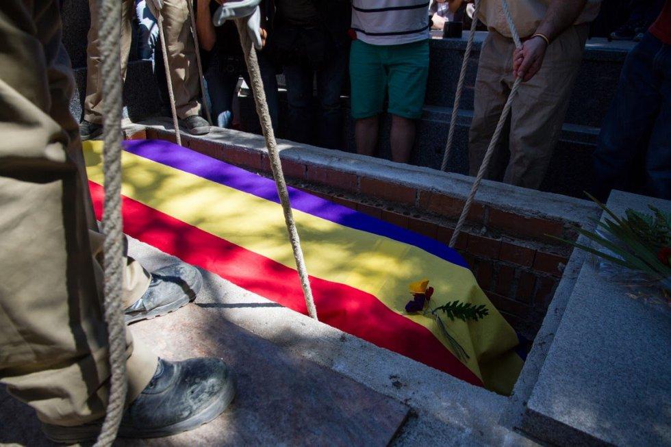 Timoteo Mendieta Alcalá es enterrado con la bandera republicana en el cementerio civil de Madrid.