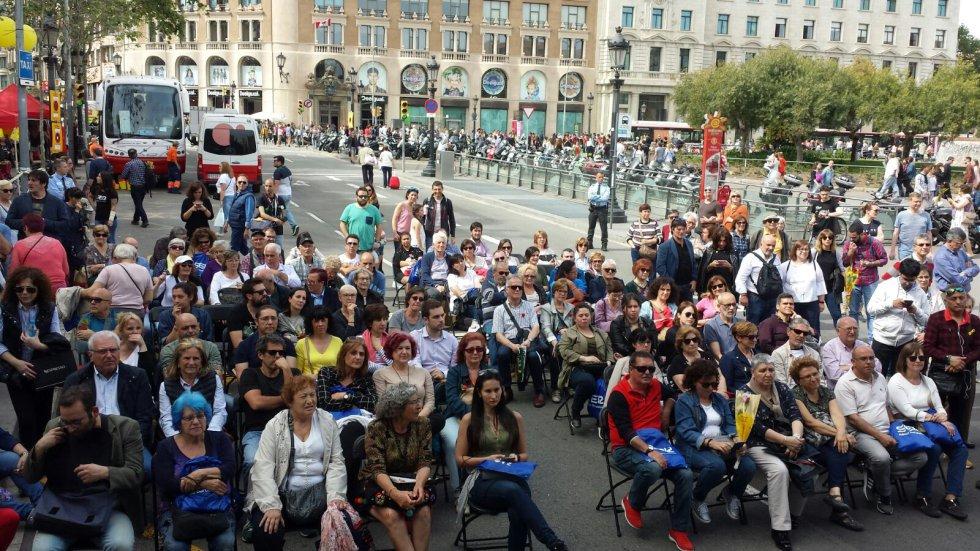 Público congregado en la barcelonesa Plaza Catalunya para ver y escuchar el especial de 'La Ventana'