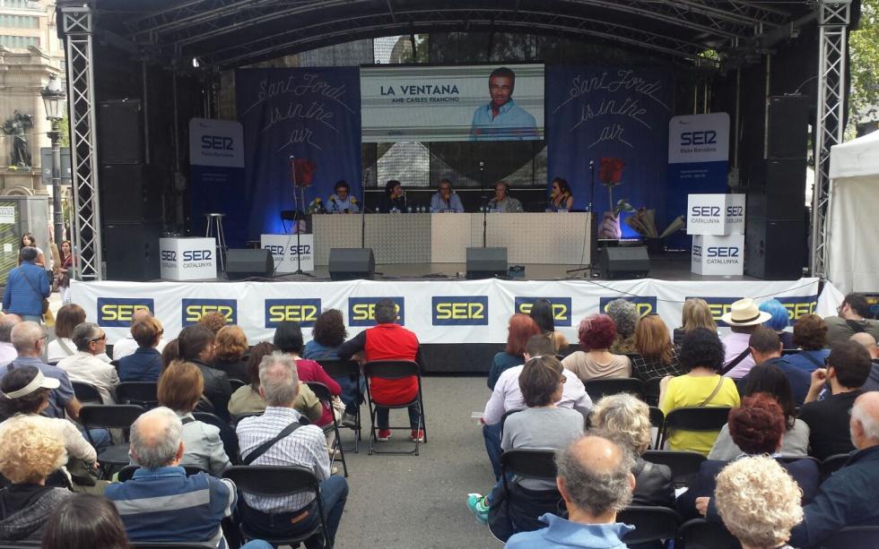 Decenas de oyentes frente al escenario de la Cadena Ser en Plaza Catalunya