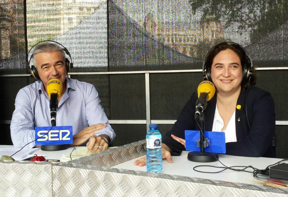 La alcaldesa de Barcelona, Ada Colau, junto a Carles Francino