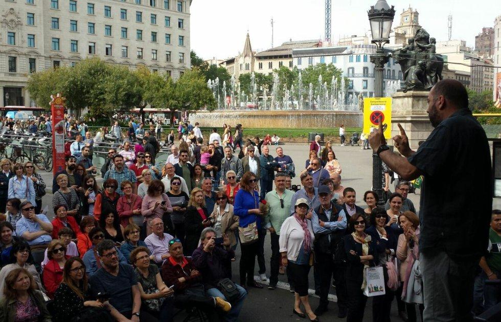 El director de 'Todo por la radio', Toni Martínez, conversa con los asistentes en Plaza Catalunya