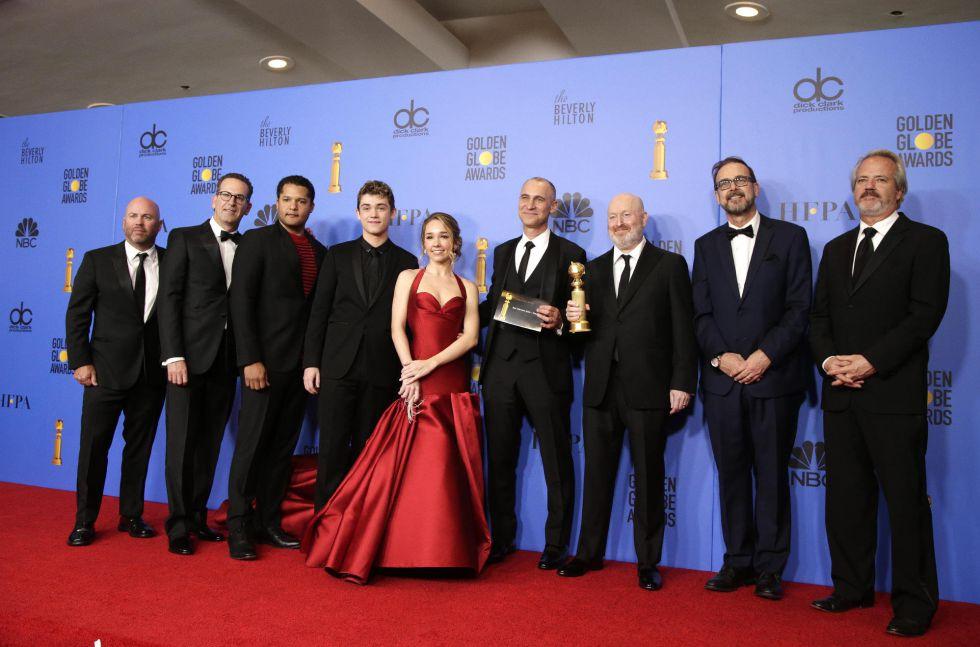Todo el equipo de 'The Americans' posa durante la gala de entrega de los Globos de Oro. Ha sido la ganadora en la categoría de drama. Se tarta de una serie veterana que ha terminado este año tras cerrar su sexta temporada. Los protagonistas son un matrimonio de espías rusos en Estados Unidos.