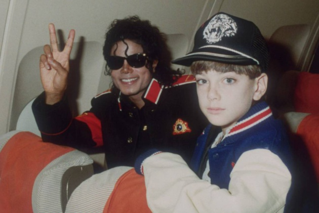 Michael Jackson en un avión con James Safechuck