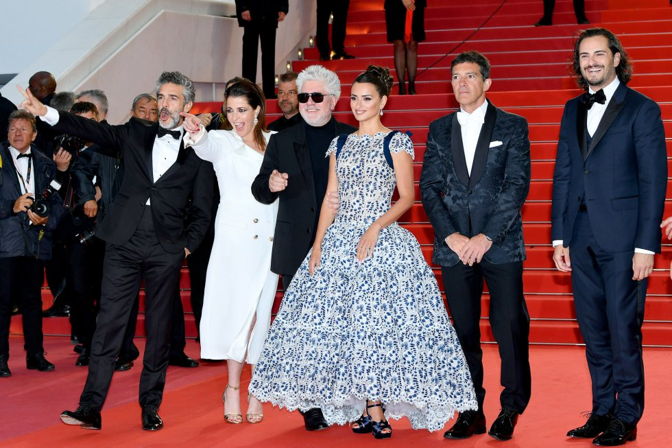 "CANNES, FRANCE - MAY 17: (L-R) Leonardo Sbaraglia, Nieves Alvarez, Pedro Almodovar, Penelope Cruz, wearing Atelier Swarovski Fine Jewelry, Antonio Banderas and Asier Etxeandia attend the screening of ""Pain And Glory (Dolor Y Gloria/Douleur Et Gloire)"" during the 72nd annual Cannes Film Festival on May 17, 2019 in Cannes, France. (Photo by Dominique Charriau/WireImage)"
