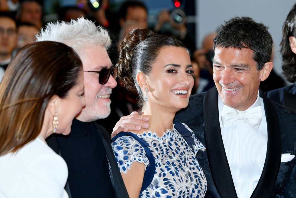 "CANNES, FRANCE - MAY 17: (L-R) Nieves Alvarez, Pedro Almodóvar, Penelope Cruz, wearing Atelier Swarovski Fine Jewelry and Antonio Banderas attend the screening of ""Pain And Glory (Dolor Y Gloria/Douleur Et Gloire)"" during the 72nd annual Cannes Film Festival on May 17, 2019 in Cannes, France. (Photo by Dominique Charriau/WireImage)"