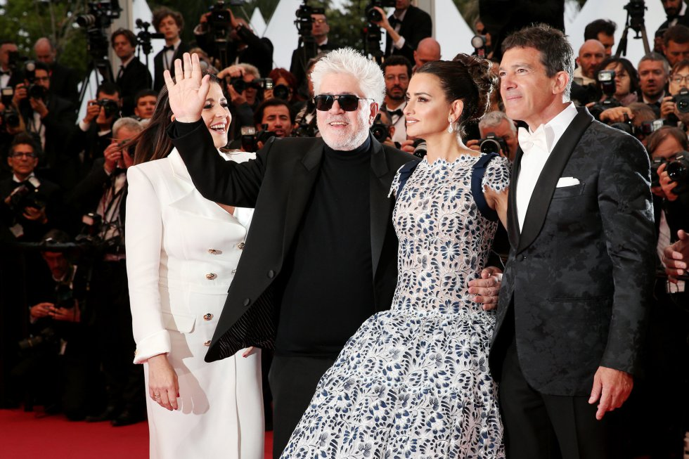 "CANNES, FRANCE - MAY 17: (L-R) Nieves Alvarez, Pedro Almodóvar, Penelope Cruz, wearing Atelier Swarovski Fine Jewelry and Antonio Banderas attend the screening of ""Pain And Glory (Dolor Y Gloria/Douleur Et Gloire)"" during the 72nd annual Cannes Film Festival on May 17, 2019 in Cannes, France. (Photo by Gisela Schober/Getty Images)"