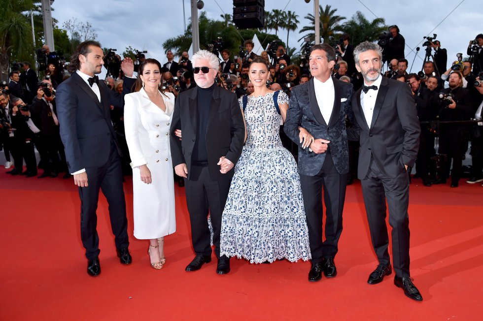 "CANNES, FRANCE - MAY 17: (L-R) Asier Etxeandia, Nieves Alvarez, Pedro Almodovar, Penelope Cruz, wearing Atelier Swarovski Fine Jewelry, Antonio Banderas and Leonardo Sbaraglia attend the screening of ""Pain And Glory (Dolor Y Gloria/Douleur Et Gloire)"" during the 72nd annual Cannes Film Festival on May 17, 2019 in Cannes, France. (Photo by Dominique Charriau/WireImage)"