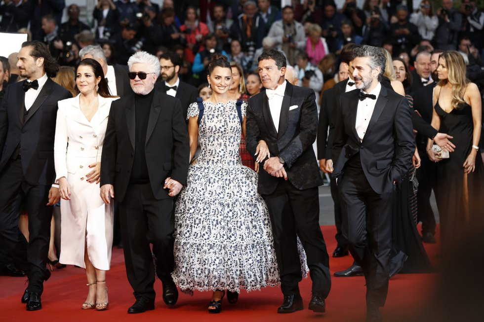 "CANNES, FRANCE - MAY 17: (L-R) Asier Etxeandia, Nieves Alvarez, Pedro Almodovar, Penelope Cruz, wearing Atelier Swarovski Fine Jewelry, Antonio Banderas and Leonardo Sbaraglia attend the screening of ""Pain And Glory (Dolor Y Gloria/Douleur Et Gloire)"" during the 72nd annual Cannes Film Festival on May 17, 2019 in Cannes, France. (Photo by John Phillips/Getty Images)"