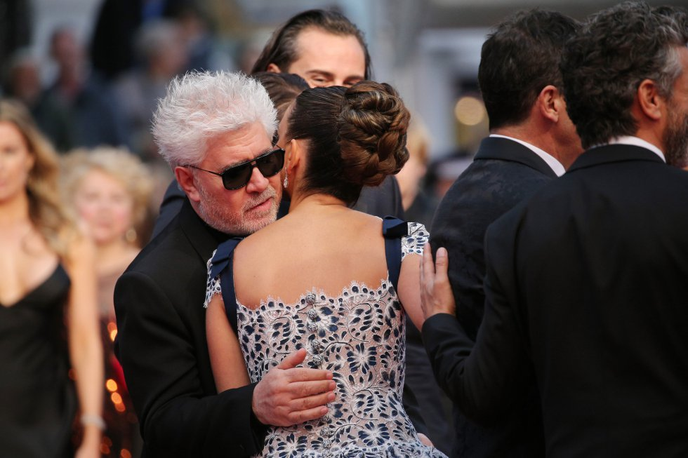 "CANNES, FRANCE - MAY 17: Pedro Almodóvar and Penelope Cruz, wearing Atelier Swarovski Fine Jewelry, attend the screening of ""Pain And Glory (Dolor Y Gloria/Douleur Et Gloire)"" during the 72nd annual Cannes Film Festival on May 17, 2019 in Cannes, France. (Photo by Gisela Schober/Getty Images)"