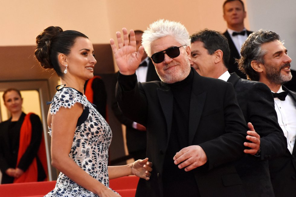 "CANNES, FRANCE - MAY 17: (L-R) Penelope Cruz, Director Pedro Almodovar and Leonardo Sbaraglia attend the screening of ""Pain And Glory (Dolor Y Gloria/Douleur Et Gloire)"" during the 72nd annual Cannes Film Festival on May 17, 2019 in Cannes, France. Photo by Foc Kan/FilmMagic)"