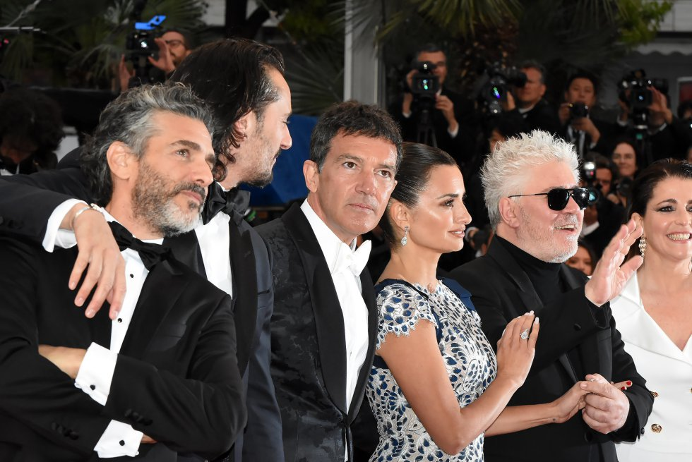 "CANNES, FRANCE - MAY 17: (L-R) Leonardo Sbaraglia, Asier Etxeandia, Antonio Banderas, Penelope Cruz, Director Pedro Almodovar and Nora Navas attend the screening of ""Pain And Glory (Dolor Y Gloria/Douleur Et Gloire)"" during the 72nd annual Cannes Film Festival on May 17, 2019 in Cannes, France. Photo by Foc Kan/FilmMagic)"