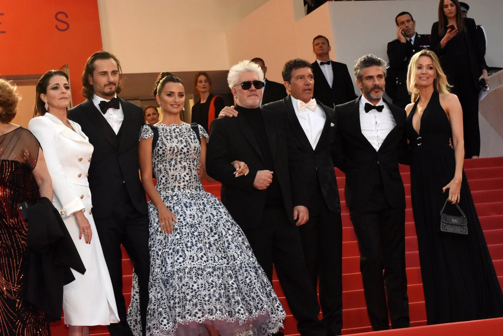 "CANNES, FRANCE - MAY 17: (L-R) Nora Navas, Asier Etxeandia, Penelope Cruz, Director Pedro Almodovar, Antonio Banderas, Leonardo Sbaraglia and Nicole Kimpel attend the screening of ""Pain And Glory (Dolor Y Gloria/Douleur Et Gloire)"" during the 72nd annual Cannes Film Festival on May 17, 2019 in Cannes, France. Photo by Foc Kan/FilmMagic)"