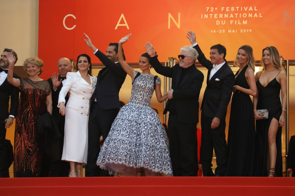 "CANNES, FRANCE - MAY 17: Nora Navas, Asier Etxeandia, Penelope Cruz, wearing Atelier Swarovski Fine Jewelry, Director Pedro Almodovar, Antonio Banderas, Nicole Kimpel and her twin sister attend the screening of ""Pain And Glory (Dolor Y Gloria/ Douleur Et Glorie)"" during the 72nd annual Cannes Film Festival on May 17, 2019 in Cannes, France. (Photo by Tony Barson/FilmMagic)"