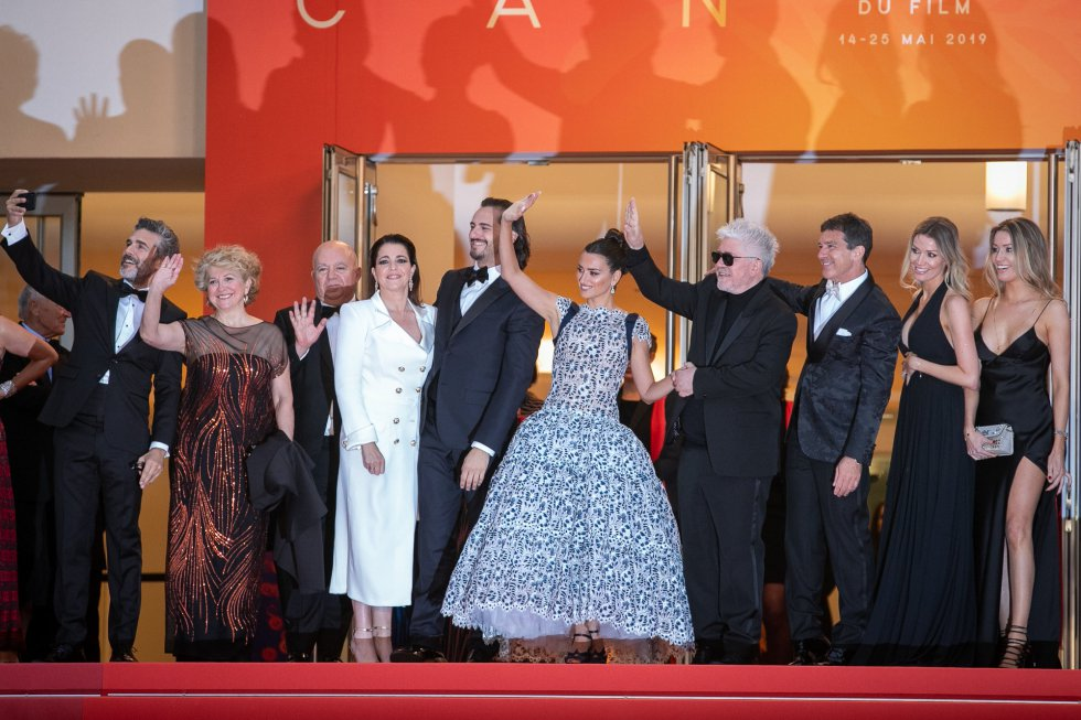 "CANNES, FRANCE - MAY 17: Nora Navas, Asier Etxeandia, Penelope Cruz, wearing Atelier Swarovski Fine Jewelry, Director Pedro Almodovar, Antonio Banderas, Nicole Kimpel and Barbara Kimpel attend the screening of ""Pain And Glory (Dolor Y Gloria/ Douleur Et Glorie)"" during the 72nd annual Cannes Film Festival on May 17, 2019 in Cannes, France. (Photo by Marc Piasecki/FilmMagic)"