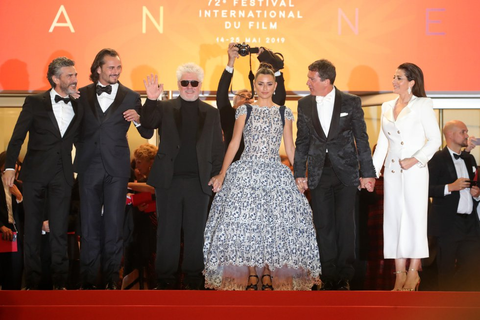 "CANNES, FRANCE - MAY 17: (L-R) Leonardo Sbaraglia, Asier Etxeandia, Director Pedro Almodovar, Penelope Cruz, wearing Atelier Swarovski Fine Jewelry, Antonio Banderas and Nora Navas depart the screening of ""Pain And Glory (Dolor Y Gloria/Douleur Et Gloire)"" during the 72nd annual Cannes Film Festival on May 17, 2019 in Cannes, France. (Photo by Andreas Rentz/Getty Images)"