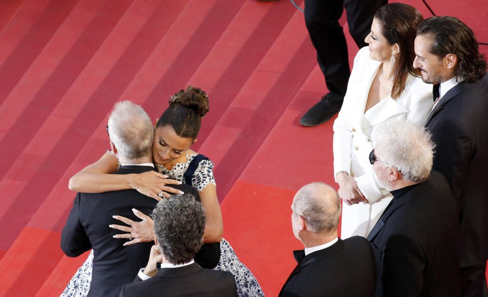 "72nd Cannes Film Festival - Screening of the film ""Pain and Glory"" (Dolor y gloria) in competition - Red Carpet Arrivals - Cannes, France, May 17, 2019. Director Pedro Almodovar and cast members Penelope Cruz and Antonio Banderas pose. REUTERS/Jean-Paul Pelissier"