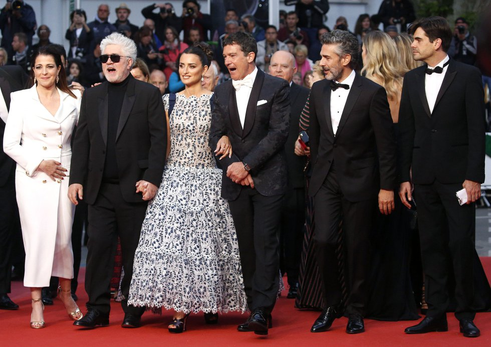 "72nd Cannes Film Festival - Screening of the film ""Pain and Glory"" (Dolor y gloria) in competition - Red Carpet Arrivals - Cannes, France, May 17, 2019.  Cast members Nora Navas, director Pedro Almodovar, Penelope Cruz, Antonio Banderas and Leonardo Sbaraglia pose. REUTERS/Stephane Mahe"