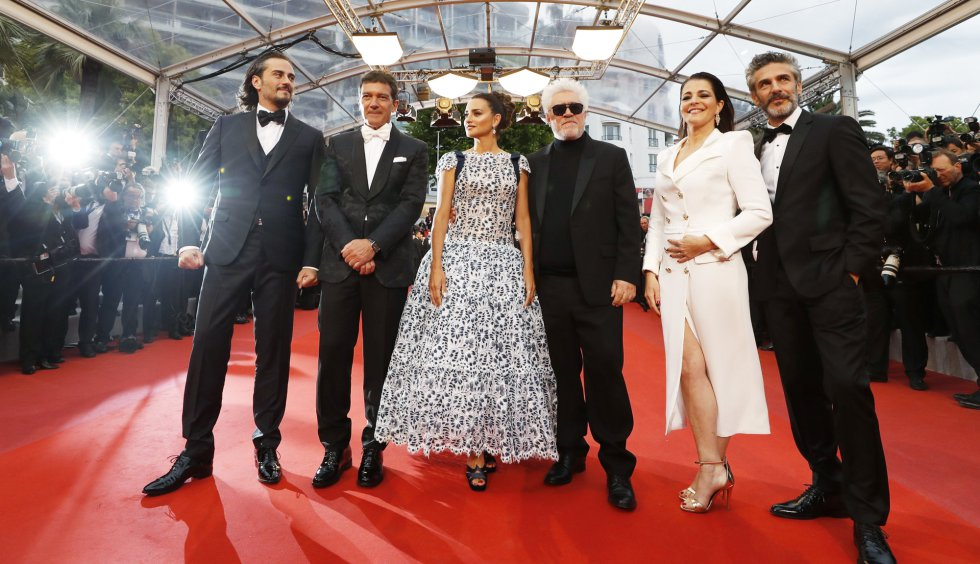 "72nd Cannes Film Festival - Screening of the film ""Pain and Glory"" (Dolor y gloria) in competition - Red Carpet Arrivals - Cannes, France, May 17, 2019. Director Pedro Almodovar and cast members Penelope Cruz, Antonio Banderas, Nora Navas, Asier Etxeandia and Leonardo Sbaraglia. REUTERS/Eric Gaillard"