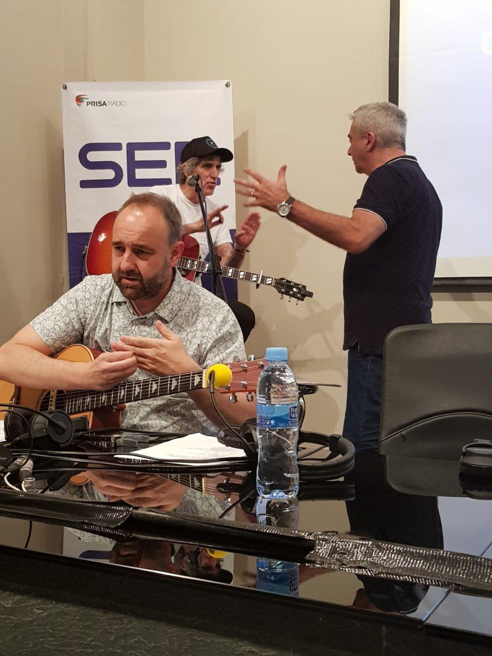 Carles Francino habla con Mikel Erentxun. En primer plano, Iñaki De la Torre probando