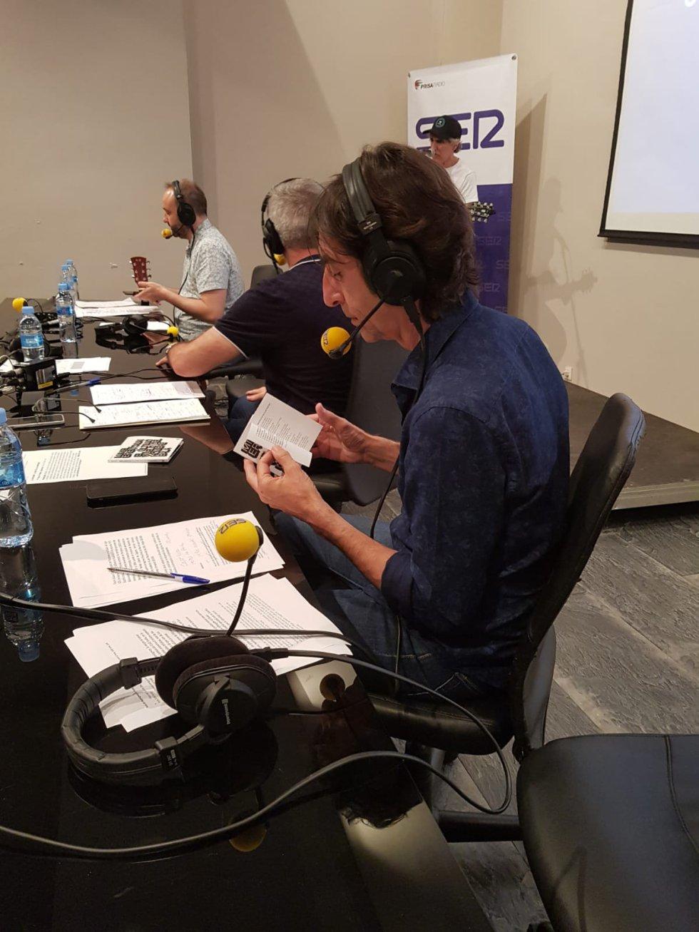 Benjamín Prado va siguiendo la letra de la canción mientras canta Mikel Erentxun