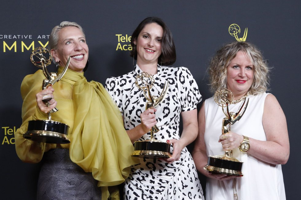Los Angeles (United States), 15/09/2019.- (L-R) Michele Clapton, Emma O'Louglin and Kate O'Farrell pose with the Outstanding Fantasy/Sci-Fi Costumes Award for 'Game of Thrones' in the press during the 2019 Creative Arts Emmy Awards at the Microsoft Theater in Los Angeles, California, USA, 15 September 2019. The Creative Arts Emmy Awards honor excellence in Television technical categories such as makeup, casting direction, costume design, editing and cinematography. The 71st Primetime Emmy Awards Ceremony will take place on 22 September 2019. (Cine, Estados Unidos) EFE/EPA/NINA PROMMER