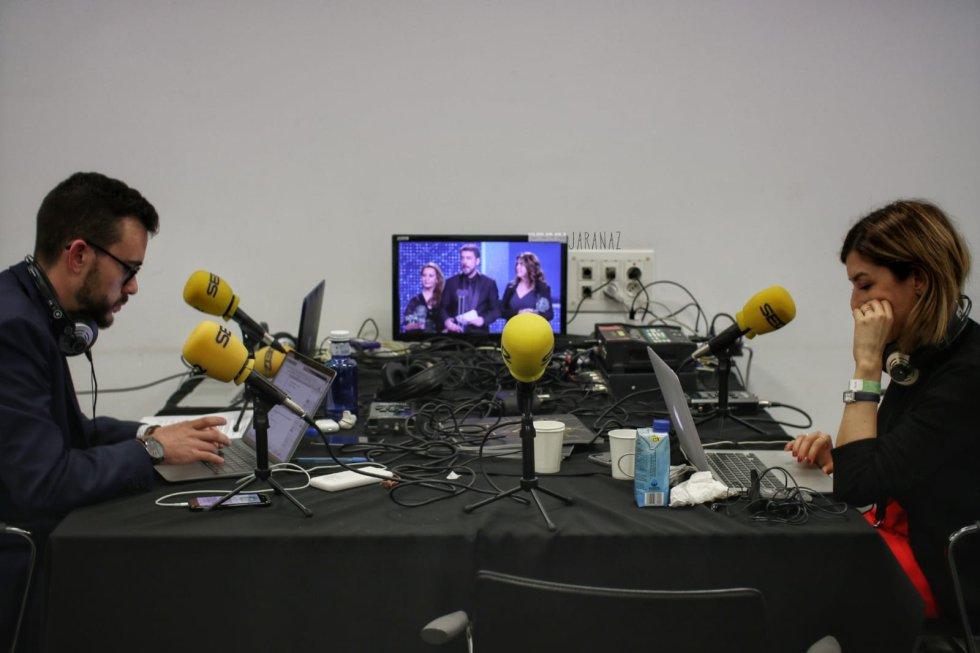 Dos periodistas de cine pendientes de la gala de los Goya