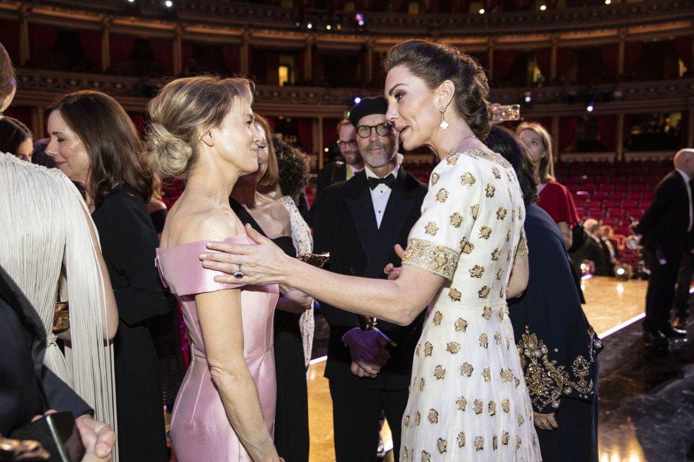 Renee Zellwege con la duquesa de Cambridge.