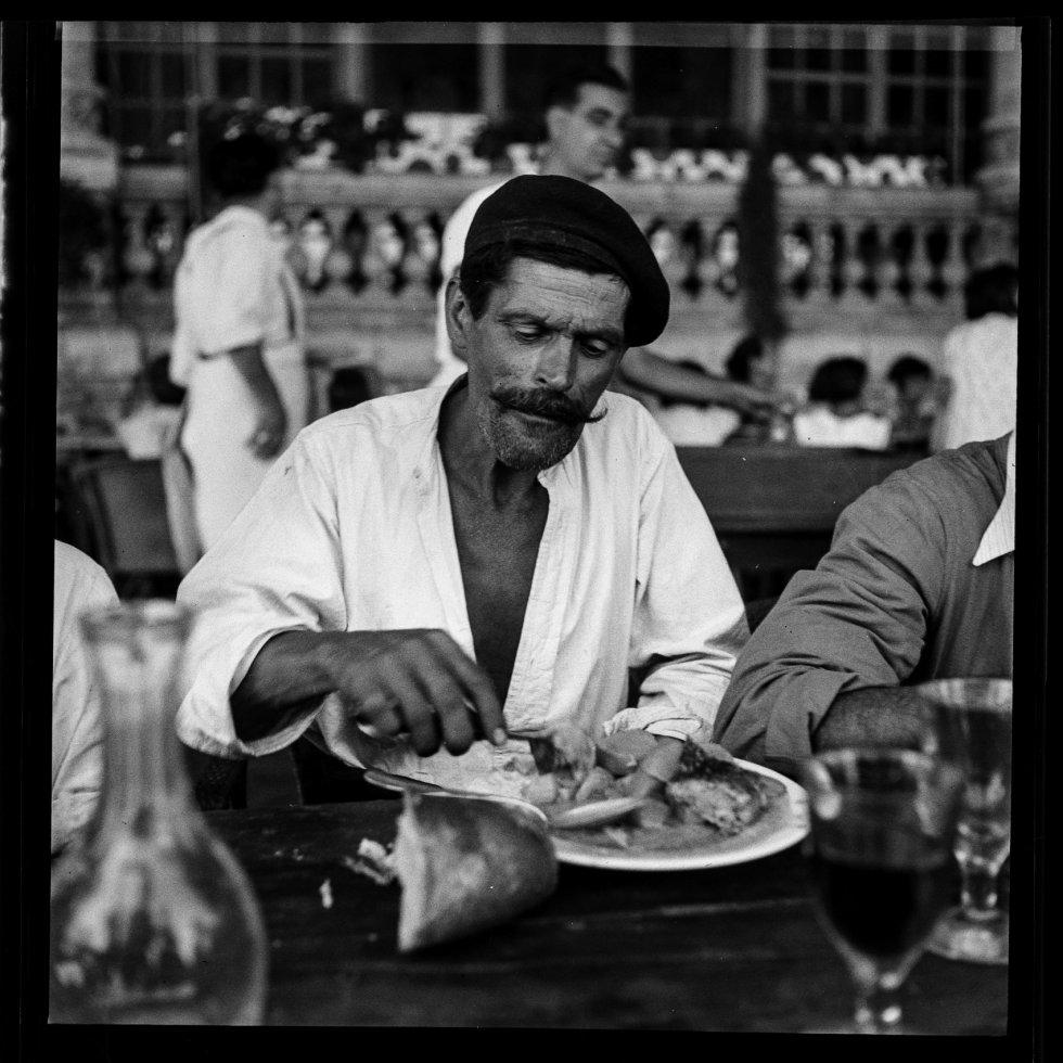 El hijo y el nieto del fotógrafo catalán Antoni Campañà encontraron ocultas en el garaje de la casa del abuelo, que estaban vaciando antes de ser vendida, dos cajas con más de 5.000 fotografías inéditas que Campañà tomó durante los años de la Guerra Civil.