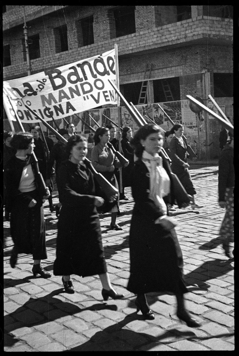 Cuando empiezó la guerra, Campañà era agente oficial de Leixa en Barcelona. En la guerra se alistó con los republicanos como chófer de la aviación. Durante la guerra, publicó un par de fotografías en la revista 'American Photography'. Era catalanista, republicano y muy religioso.