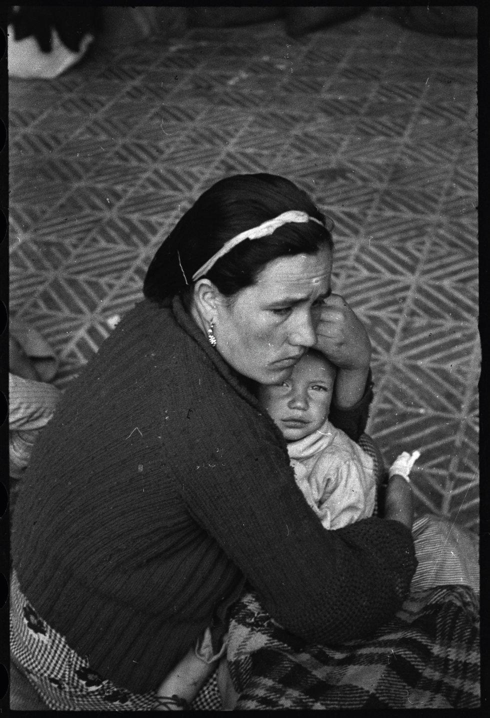 De las fotografías publicadas en 'La caja roja' la que emociona especialmente a Toni Monné es esta foto de una madre malagueña que no quiere mirar a la cámara con su bebé que sí que lo hace. Cree que es una foto que describe la condición de refugiado.