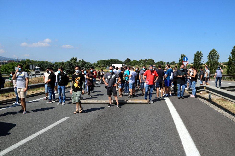 Trabajadores protestan por el cierre de Nissan.