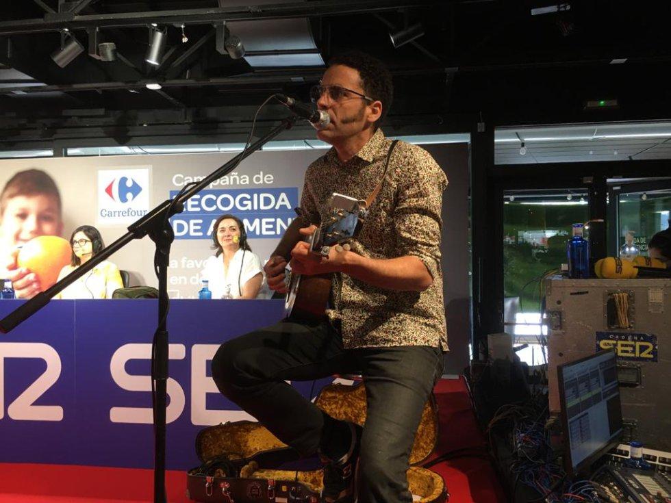 Actuación de 'De Pedro' en el programa especial desde el Carrefour de Alcobendas.
