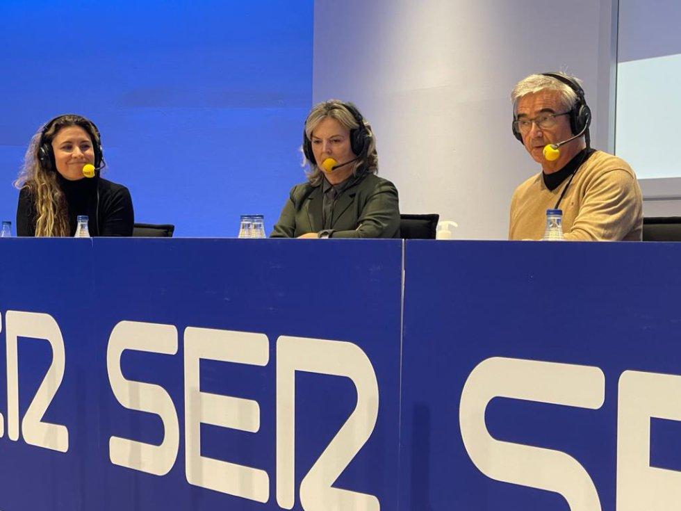 Elena Pinilla, investigadora del centro de tecnología nanofotónica de la Universitat de València (izquierda), Pilar Mateo, doctora en química por el CSIC y la Universitat de València (centro) y Carles Francino, director de 'La Ventana'