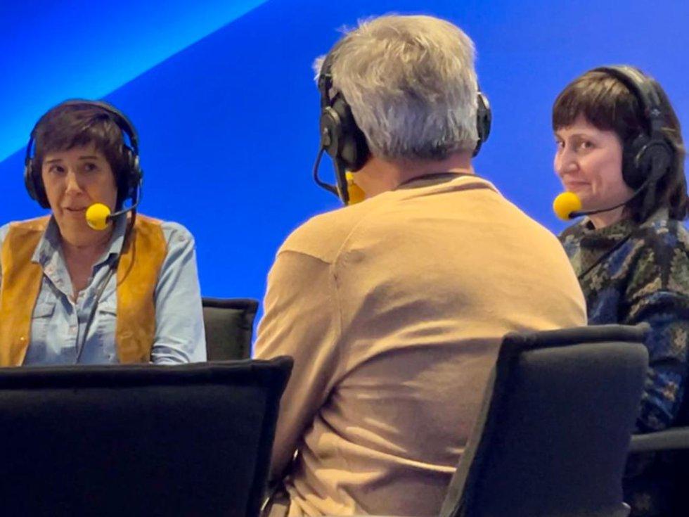 Nieves Concostrina, conductora del programa 'Pioneras' de Movistar + (izquierda), Carles Francino, director de 'La Ventana' (de espaldas) y Amparo Castellano, roductora ejecutiva de 'Pioneras' (derecha)