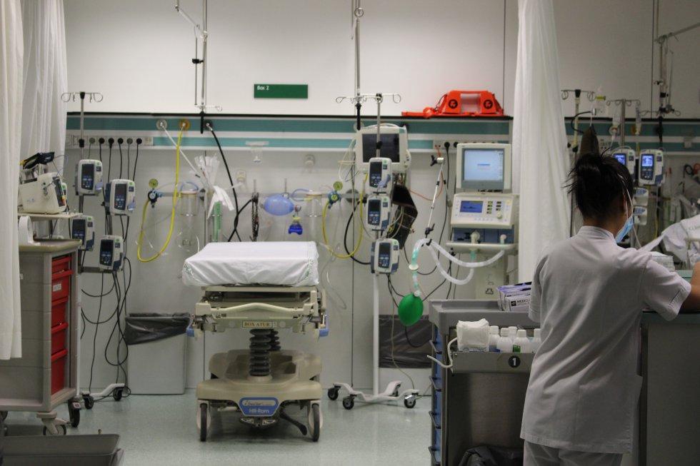 Una cama vacía en una sala de urgencias del Hospital Clínic de Barcelona