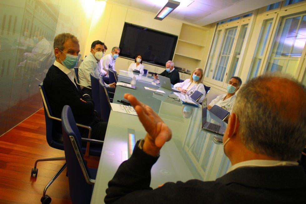 El comité de crisis escucha atentamente la intervención del epidemiólogo Antoni Trilla