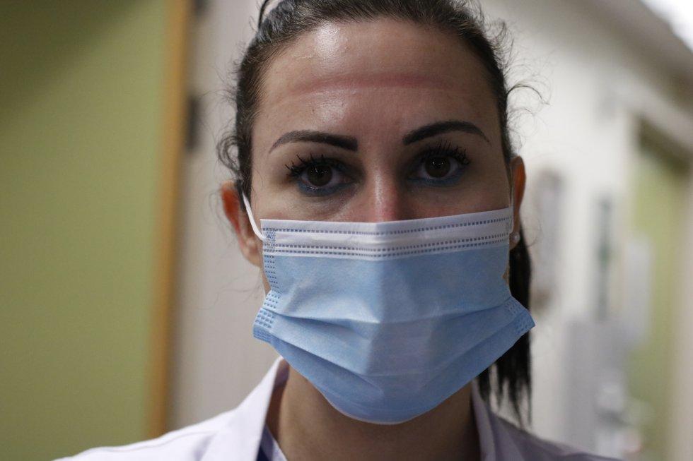 Las marcas de las gafas de protección de una sanitaria