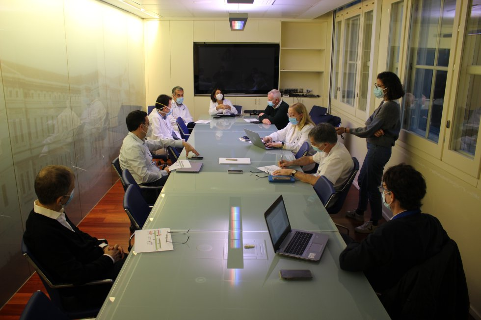 Plano general de la reunión del comité de crisis del Hospital Clínic de Barcelona
