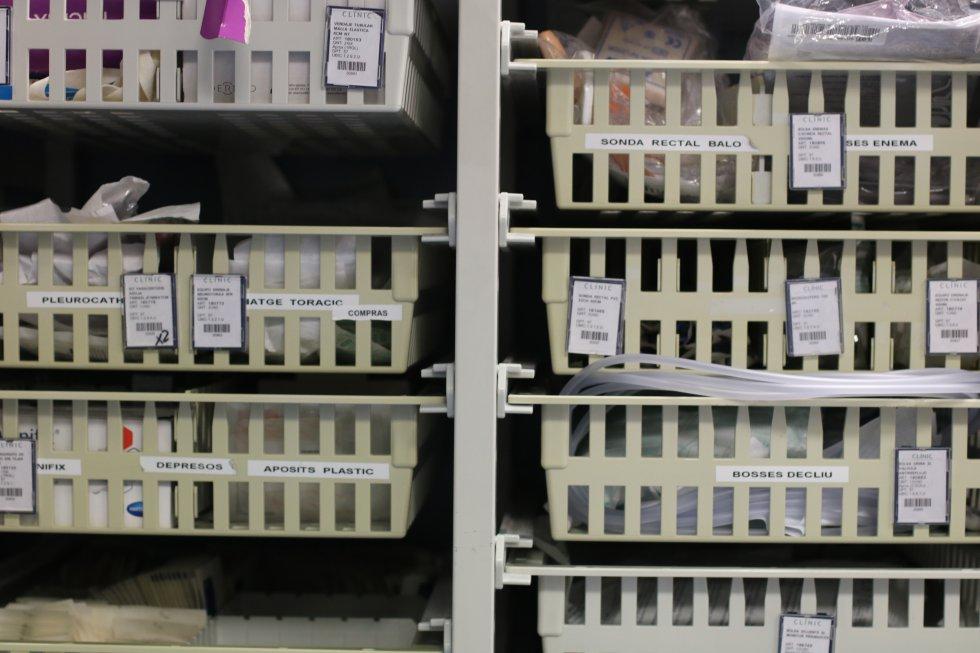 Estantería con medicinas y utensilios para atender a los pacientes de la UCI